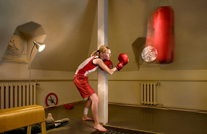 frau boxt mit boxsack woman is boxing